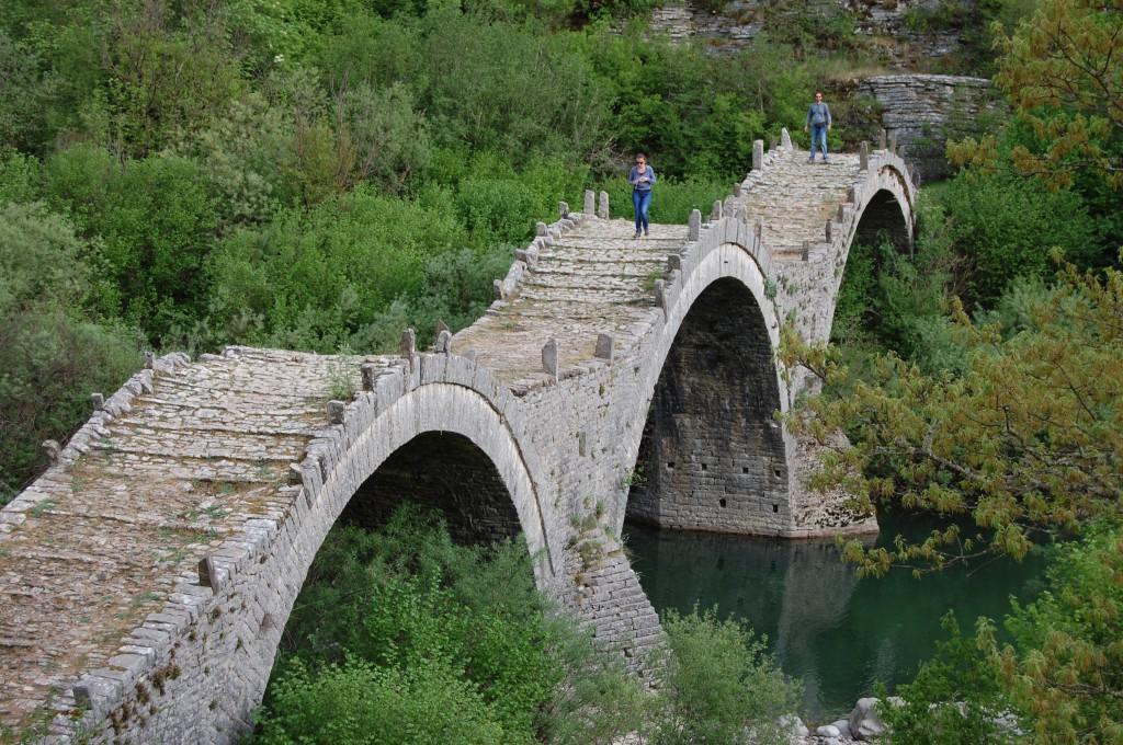 Fina gamla broar nära Vikosravinen