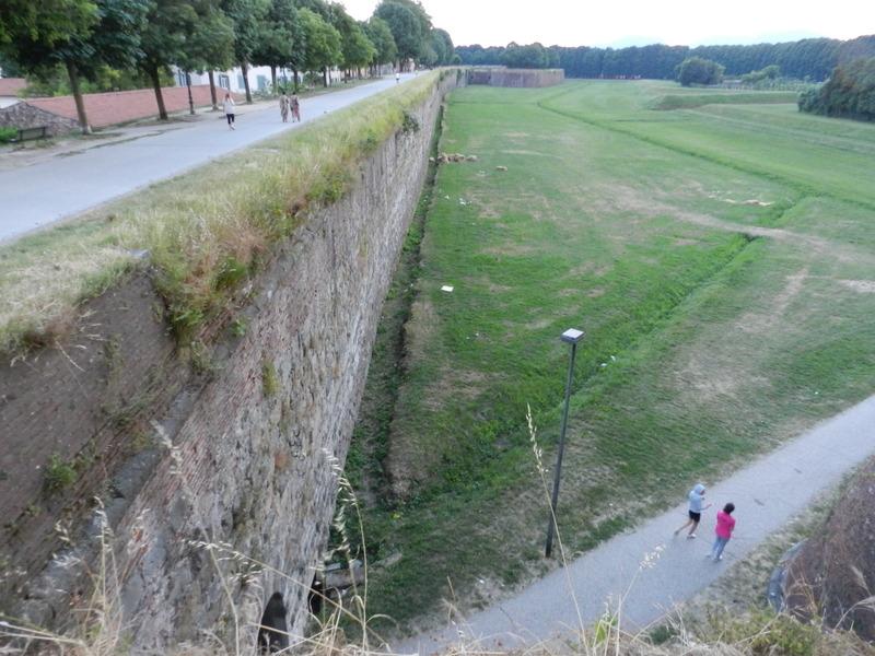 4 km lång stadsmur i Lucca