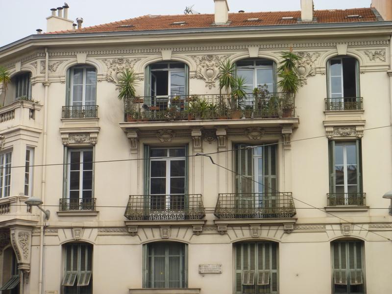 En av många vackra fasader i Nice