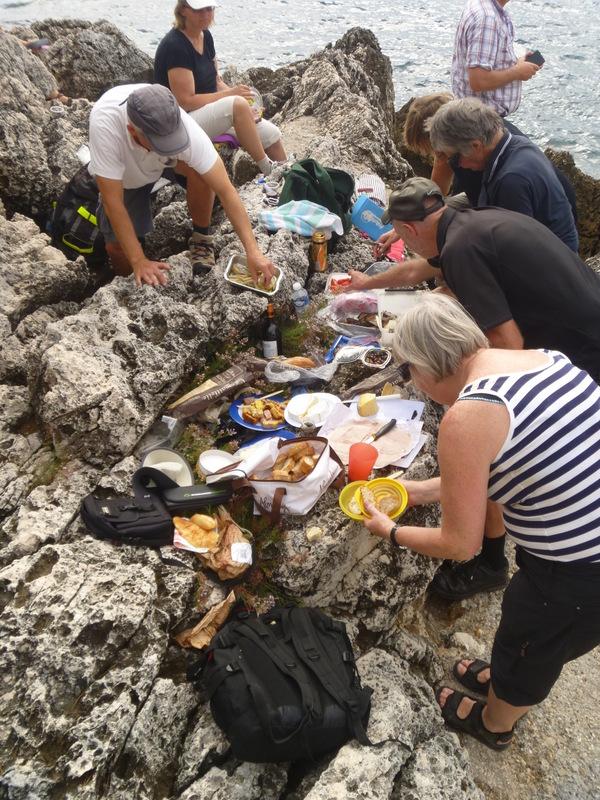 Uppdukad picknick på klipporna på Cap Ferrat