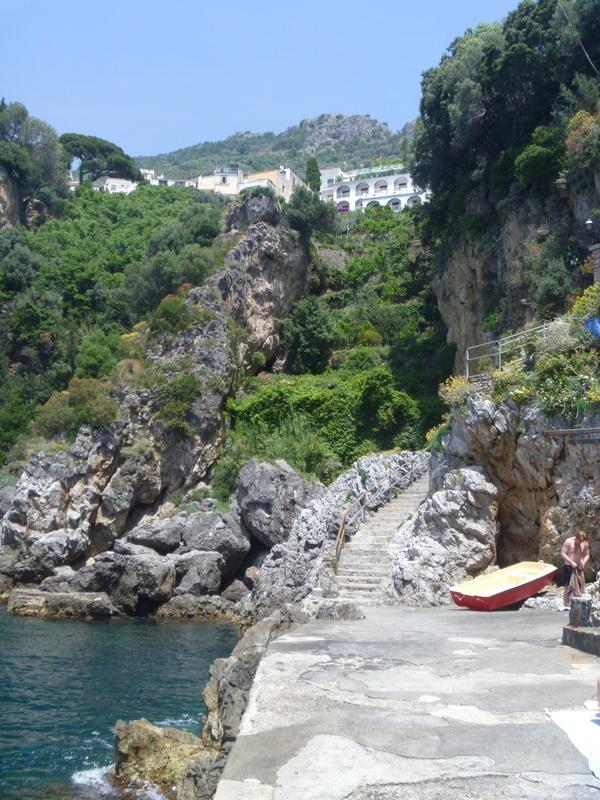 Praiano och den lilla idylliska viken nerför branta trappor