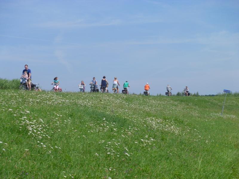 Söndag och många cyklister ute på vallarna