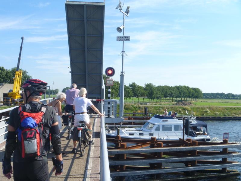 Ett flertal kanaler passerades via olika typer av broar och farkoster