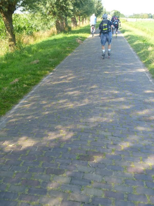 Underlaget varierar, mycket bra asfalt till tvärställda marktegel