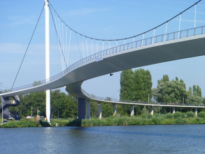 Härlig cykelbro i utkanten av Amsterdam, norr om