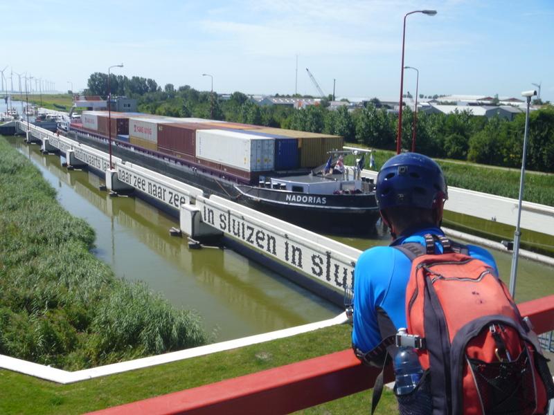 Imponerande transporter, här 144 containers på en pråm
