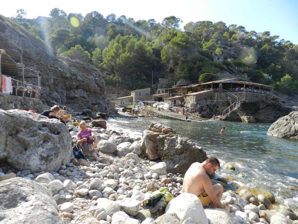 Härligt i Cala Deija, bad på stora stenar