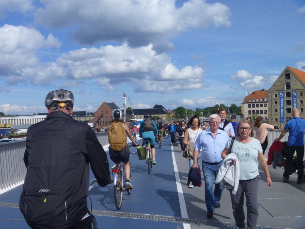 Nya cykel och gångbroar